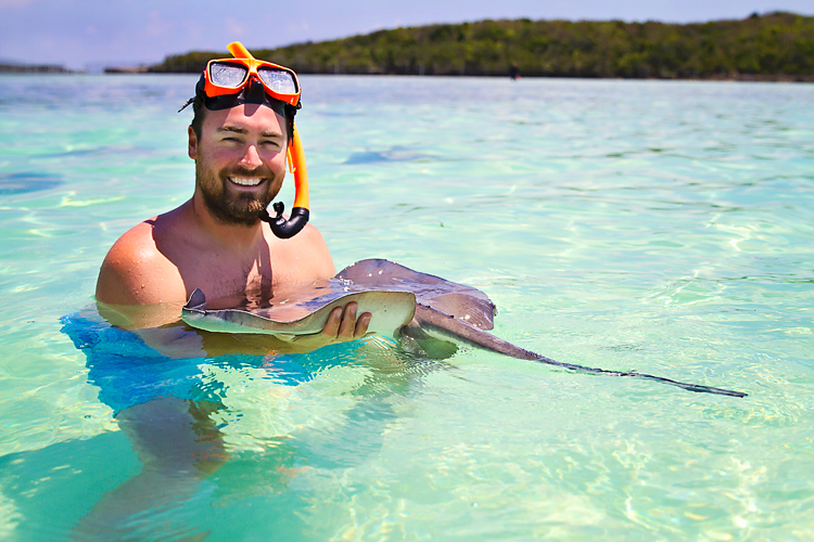 Sailing-Blog-Bahamas-Caribbean-Goat-Cay-Great-Harbour-Swimming-with-Stingrays-LAHOWIND-Young-Couple-eIMG_3004