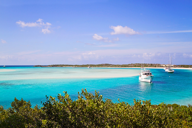 Sailing-Blog-Cruising-Bahamas-Caribbean-LAHOWIND-Exumas-Normans-Cay-Young-Couple-eIMG_3813